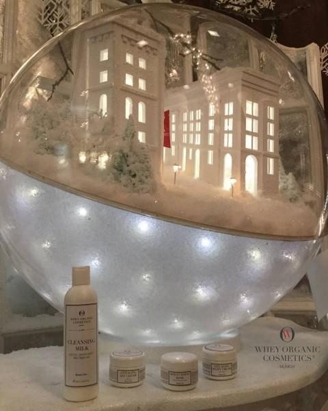 The WHEY ORGANIC COSMETICS snow globe – full swing of CHRISTMAS SPRIT!